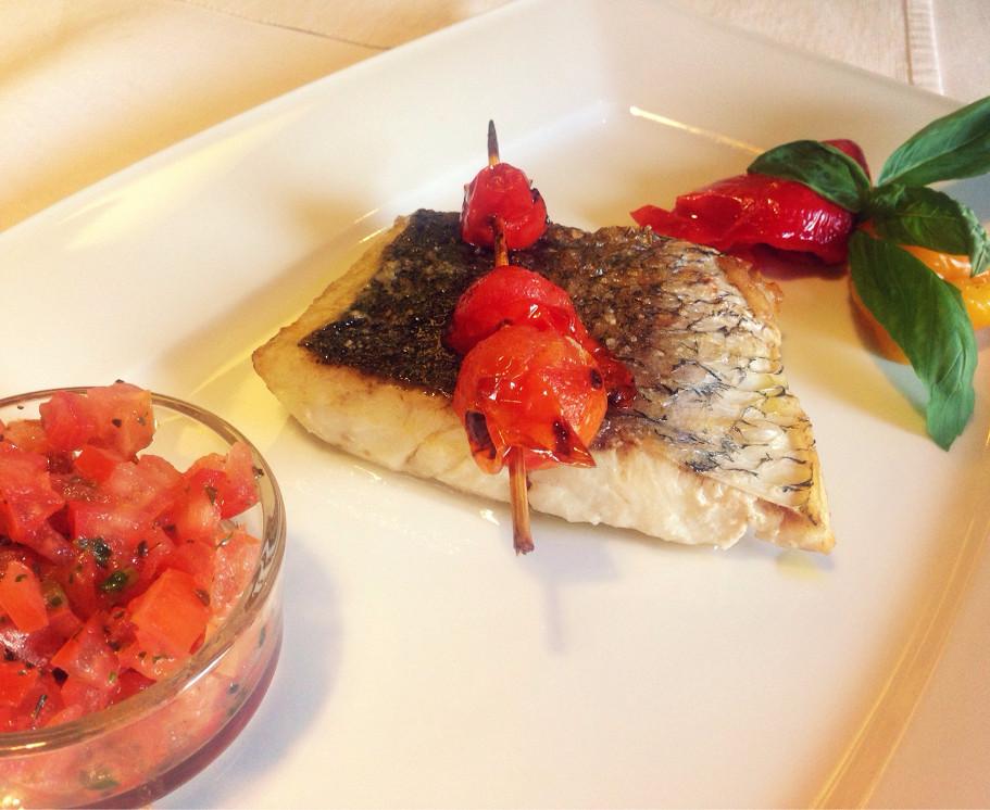 Ресторан Vino di vino - фотография 37 - Филе омбрины в сопровождении мелконарезанных острых томатов и маринованного перца