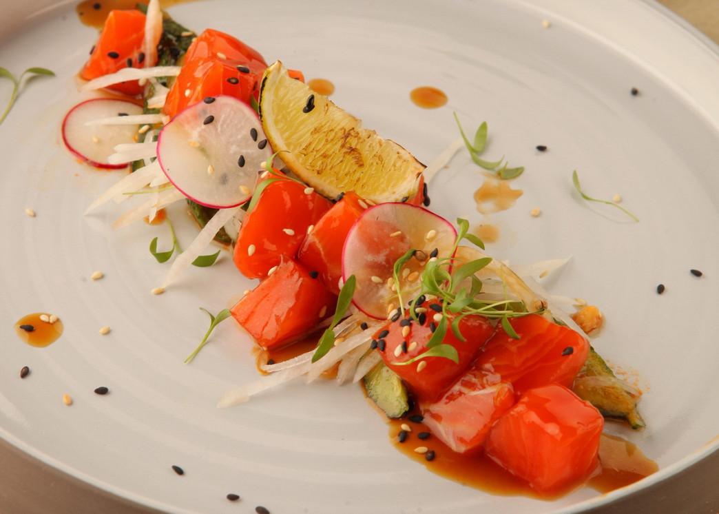 Ресторан The Waiters - фотография 13 - Севиче из лосося с битым огурцом