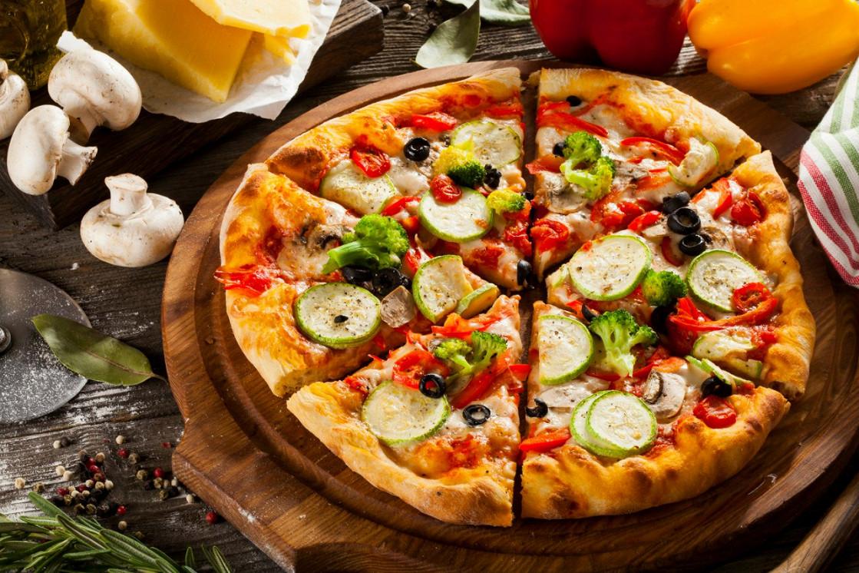 Ресторан Pesto Café - фотография 1 - Пышная овощная пицца с цукини,шампиньонами и брокколи