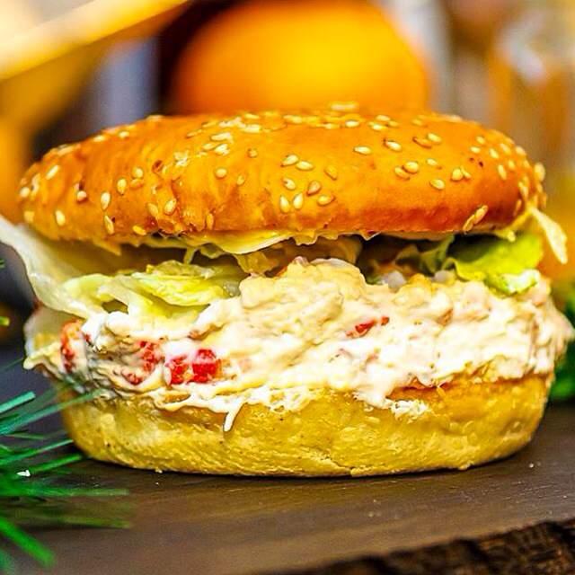 """Ресторан Burger Heroes - фотография 4 - Фирменный бургер """"Морской бой"""" с камчатским крабом"""
