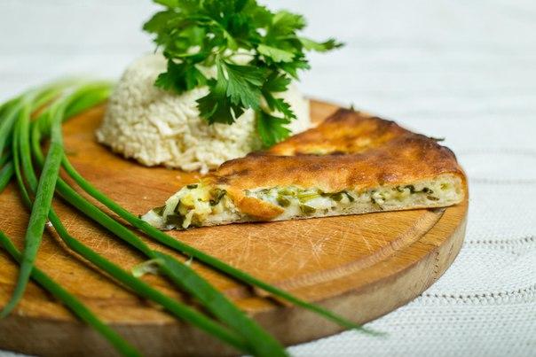 Ресторан Алан пирог - фотография 4 - Кадындзджин (сыр и зелень) Пирог с осетинским сыром, зеленым луком, кинзой и укропом