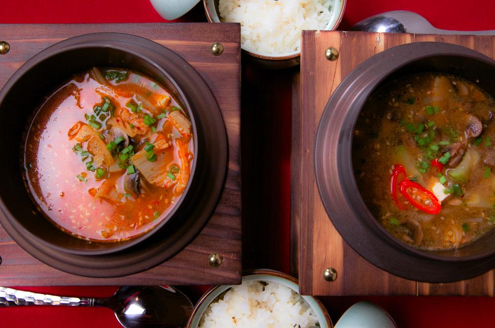 Ресторан Рецептор - фотография 2 - Корейские острые супы Кимчитиге и Тендянтиге. Подаются с рисом.