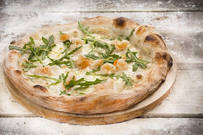 Ресторан Луковка - фотография 9 - Пицца с рукколой и креветками