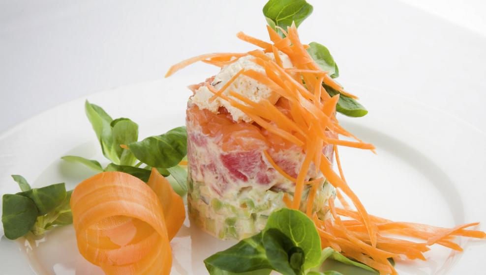 Ресторан Discovery - фотография 34 - Тар-тар из тунца /с лососем авокадо и нежным соусом «Шантийи»/