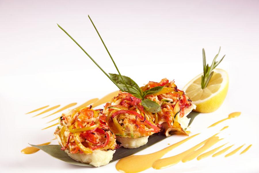 Ресторан Де Марко - фотография 14 - Филе палтуса, запеченное под овощным жульеном с крабом, картофельным пюре и креветочным соусом