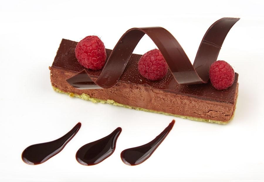Ресторан Де Марко - фотография 33 - Парфе из шоколада на фисташковом бисквите со свежей малиной.