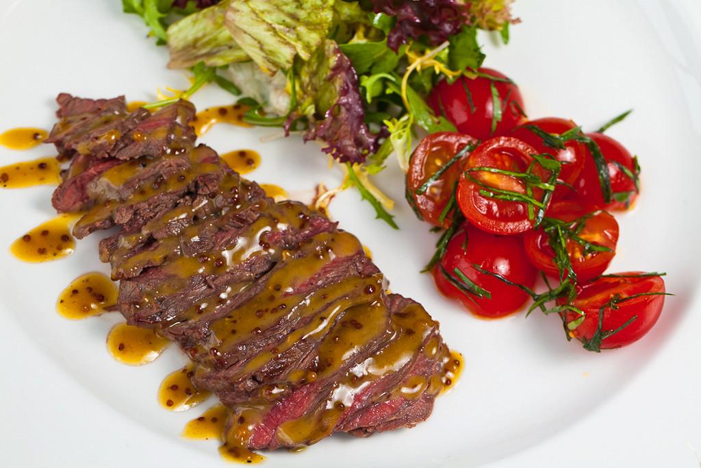 Ресторан Mary Jane - фотография 3 - Ростбиф под медово-горчичным соусом с зеленым салатом и бакинскими помидорами