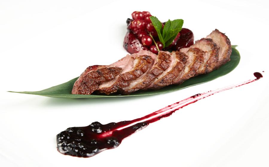Ресторан Де Марко - фотография 16 - Филе утки со сливами и соусом из черники