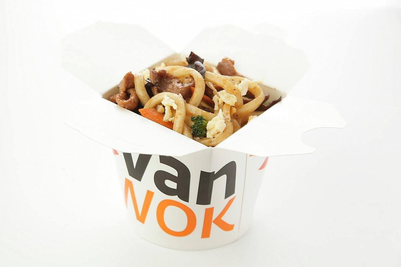 Ресторан Vanwok - фотография 2 - Японский удон с овощами, омлетом, курицей, тофу, древесными грибами в соусе Терияки.