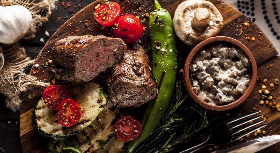 Ресторан Джонджоли - фотография 3 - Телячья вырезка с овощами на мангале