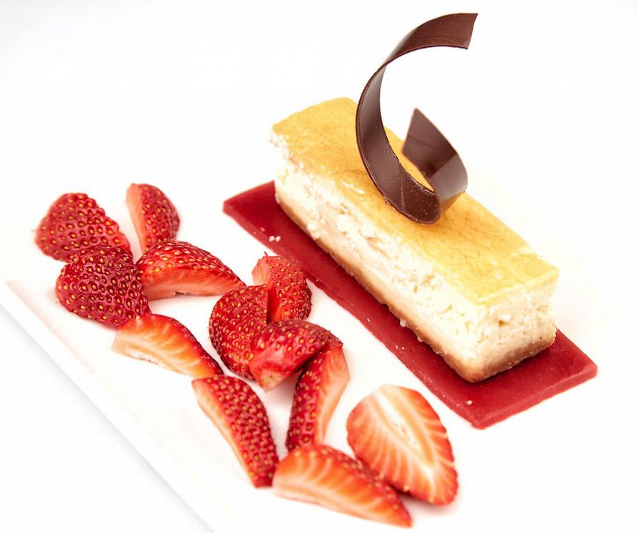 Ресторан Де Марко - фотография 31 - Чизкейк классический на малиновом желе.