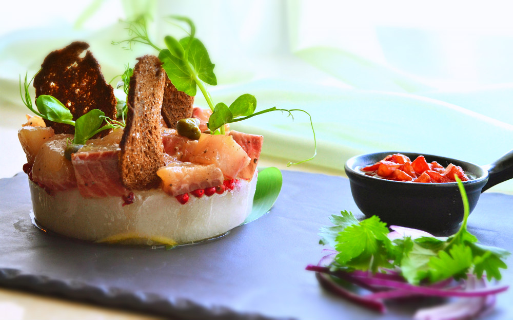 Ресторан Де Марко - фотография 29 - Сугудай из якутского муксуна, на цитрусовом льду с соусом из вяленых томатов