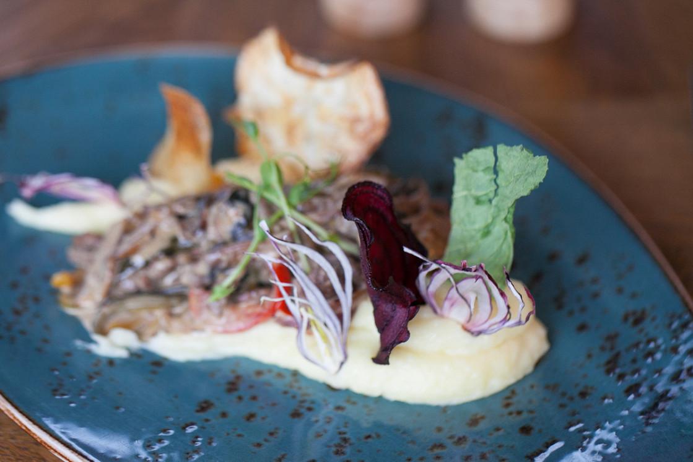 Ресторан Henry - фотография 13 - Говядина в стиле Строганов с картофельным пюре и легким ароматом трюфеля