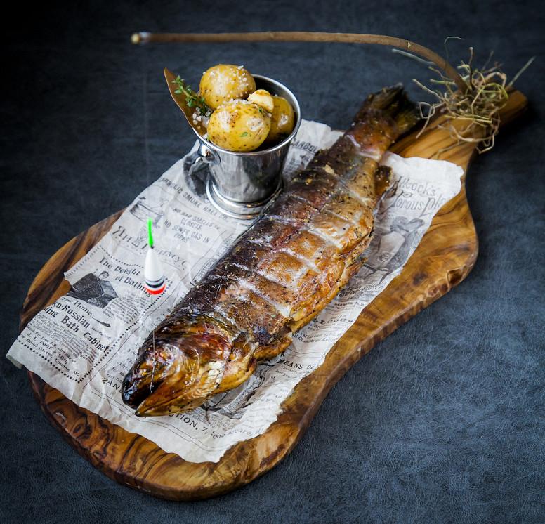 Ресторан Ян Примус - фотография 3 - Копченая форель на удочке