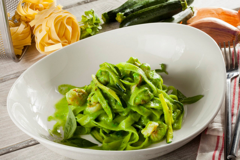Ресторан Pesto Café - фотография 4 - Феттучини с королевскими креветками в соусе из цуккини, шпината и лука-порея