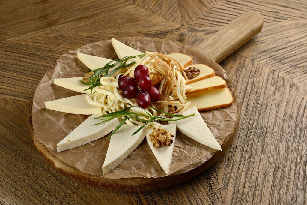Ресторан Гулиани - фотография 6 - Ассорти из кавказских сыров (имеретинский сыр, сулугуни молочный и копченый, чечил молочный и копченый)