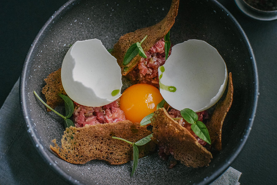 Ресторан Брют - фотография 2 - Тар-тар из говядины с желтком и чипсами из лактозы
