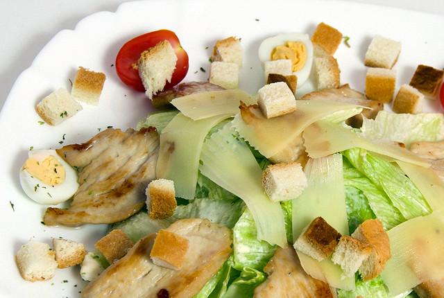 Ресторан La mia pizza - фотография 5 - Цезарь с курицей