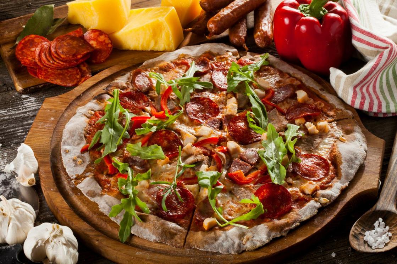 Ресторан Pesto Café - фотография 1 - Ржаная пицца с телятиной, мясом цыпленка, пепперони и охотничьими колбасками
