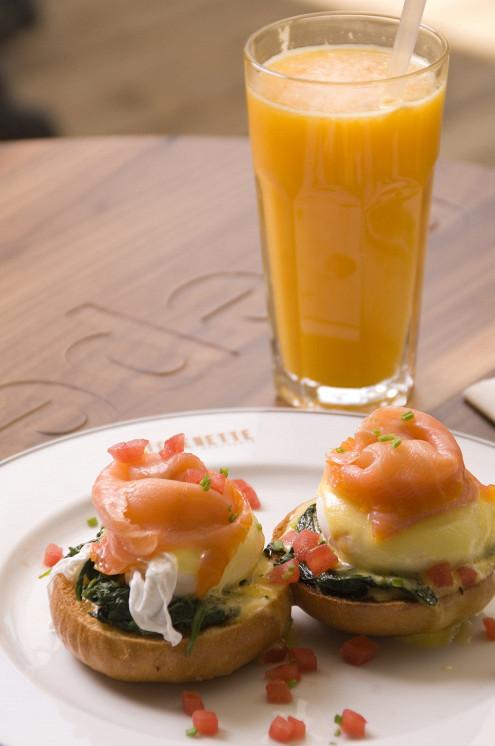 Ресторан Kitchenette - фотография 7 - Яйцо-пашот с лососем
