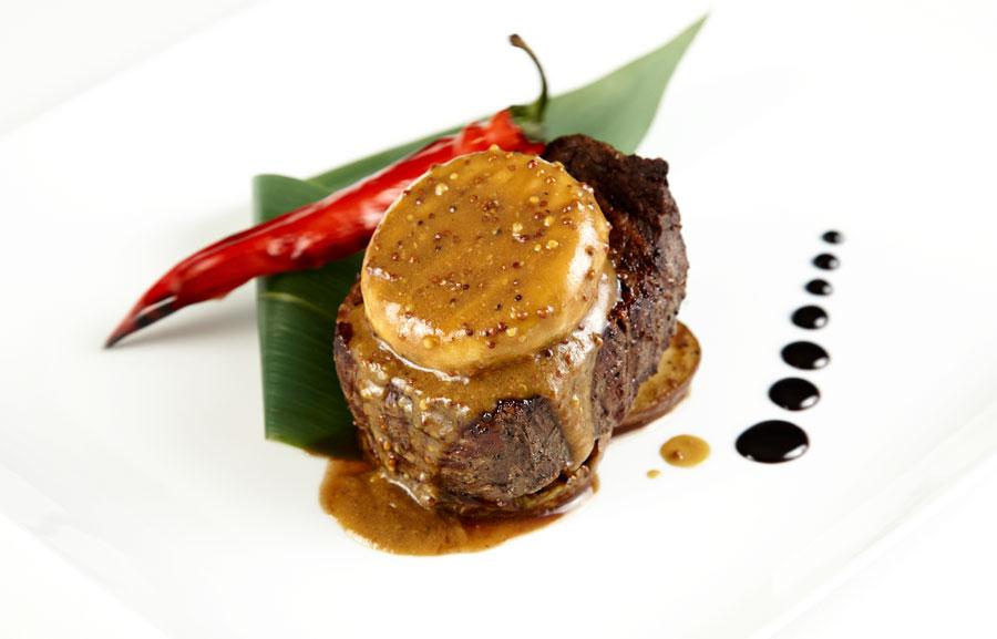 Ресторан Де Марко - фотография 13 - Стейк из мраморной вырезки на груше, с грибом шиитаке и мисо-соусом