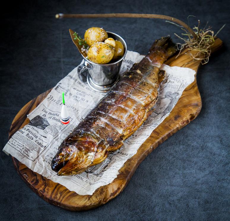 Ресторан Ян Примус - фотография 7 - Копченая форель на удочке с молодым картофелем