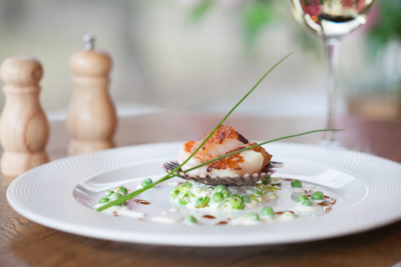 Ресторан Henry - фотография 10 - Закуска: Жареные морские гребешки и креветки с луком пореем тушёным в вермуте