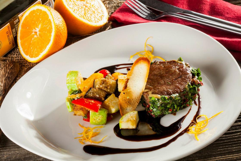 Ресторан Pesto Café - фотография 4 - Турнедо из говядины с рататуем и сусом бальзамик