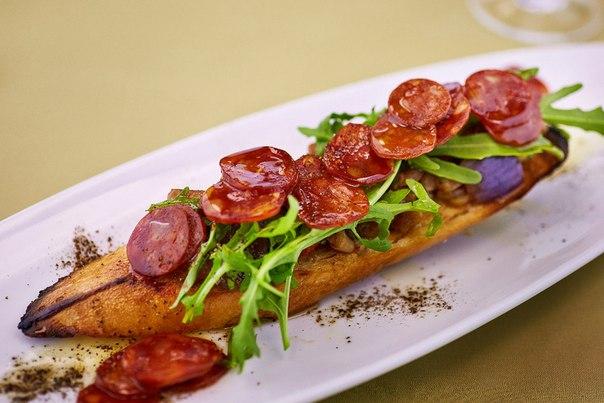 Ресторан Брецель - фотография 7 -  Брускетта с чоризо и печеными овощами