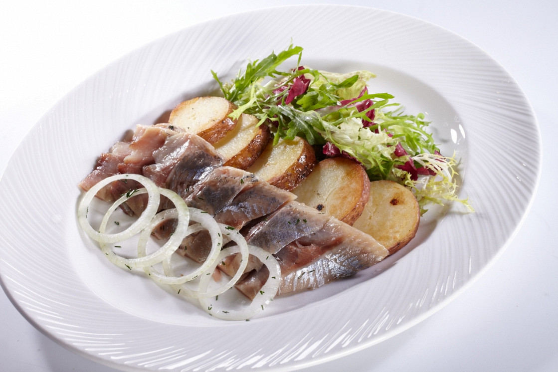 Ресторан Бенуа - фотография 27 - Сельдь боковая слабосолёная с картофелем