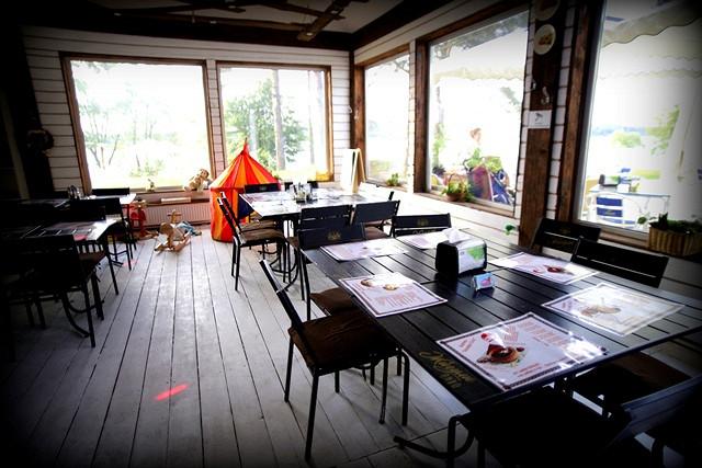 Ресторан Казацка хата - фотография 2 - Общий зал с игровой комнатой.