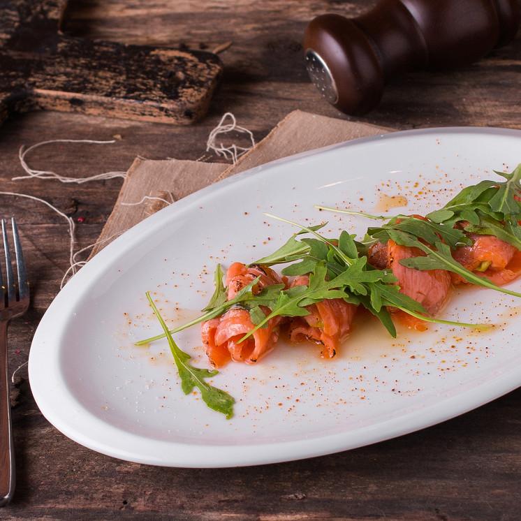 Ресторан Tomle - фотография 5 - Рулетики из копчёной форели с соусом гуакомоле под карамельной корочкой