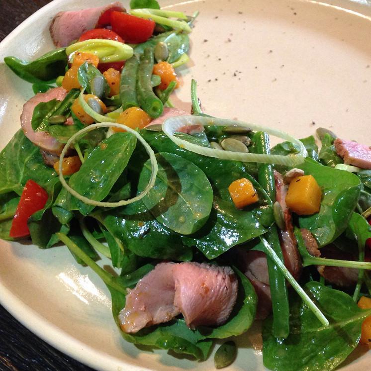 Ресторан Треска - фотография 3 - салат с маринованой утиной грудкой и кунжутно- апельсиновым соусом
