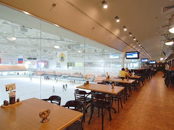Ресторан Козловица - фотография 5 - Столики с панорамным видом на хоккейную площадку