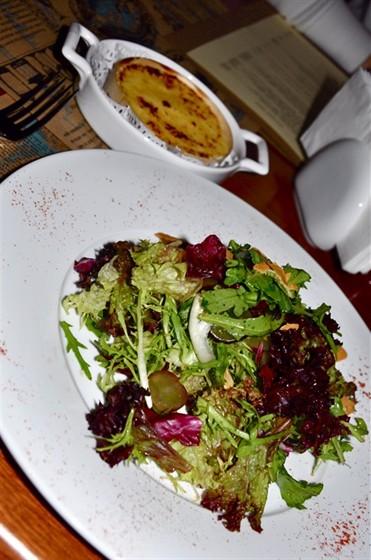 Ресторан Michel - фотография 19 - Салат с запеченным сыром