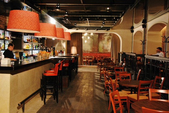 Ресторан Zavtra - фотография 1 - Это наш зал Нон-стоп с большой барной стойкой и огромными дизайнерскими светильниками.