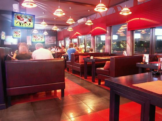 Ресторан Два Петра - фотография 3 - зал с видом на Москва река