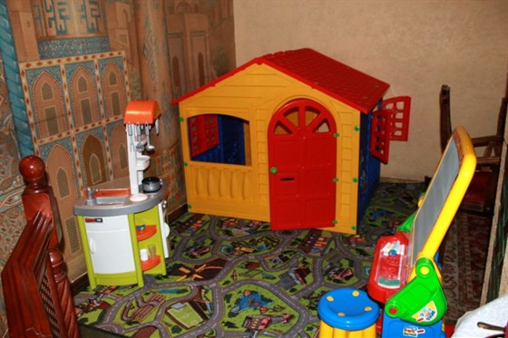 Ресторан Самарканд - фотография 9 - В ресторане открылась детская комната для самых маленьких наших гостей. Игровая мебель,раскраски,игрушки,весёлые аниматоры-всё это по субботам и воскресеньям с 12 до 18. Мы ждём Вас!!!