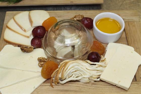 Ресторан Ду-шеш - фотография 9 - ассорти грузинских сыров
