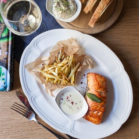 Ресторан Tatin - фотография 4 - Лосось с пастернаком и сливочно-трюфельным соусом