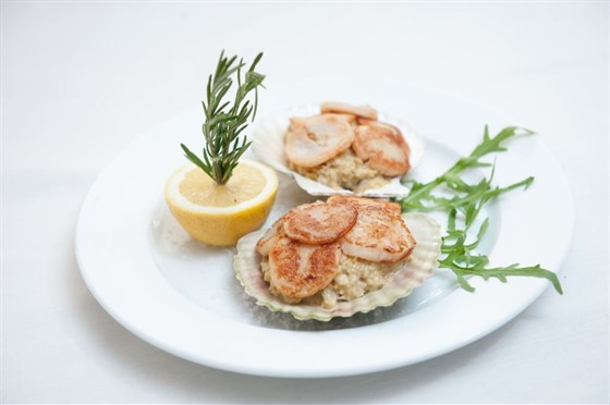 Ресторан St Tropez - фотография 4 - Морские гребешки на подушке из савойской капусте