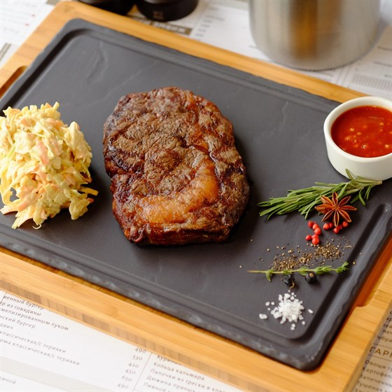 Ресторан Pubthepub - фотография 33 - Рибай стейк с салатом коул-слоу и соусом Нью-Йорк