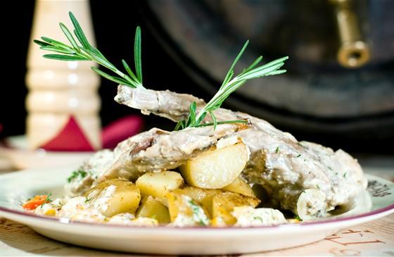 """Ресторан Пражечка - фотография 5 - """"Ножки кролика в сметане"""" Тушеные в сметане с овощами ножки кролика. Подаются с отварным молодым картофелем, обжаренным на сливочном масле."""