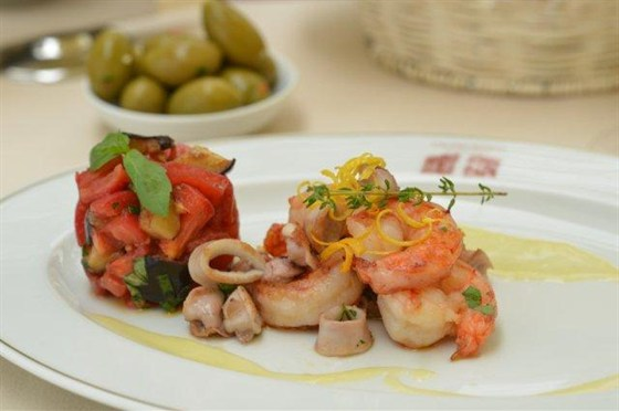 Ресторан L'altro Bosco Café - фотография 2 - Креветки с кальмарами под соусом манго 1817 рублей — в L'Altro Bosco cafe.