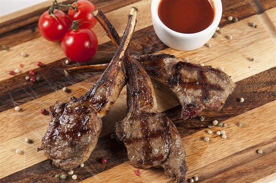 Ресторан Гриль-хофф - фотография 8 - Сочная корейка ягненка с пряными травами.