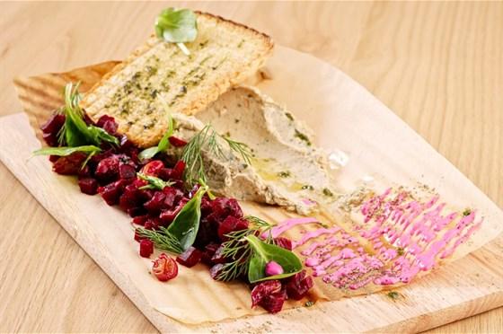 Ресторан Грибоедов - фотография 3 - Паштет из скумбрии со свекольным релишем и зерновым хлебом