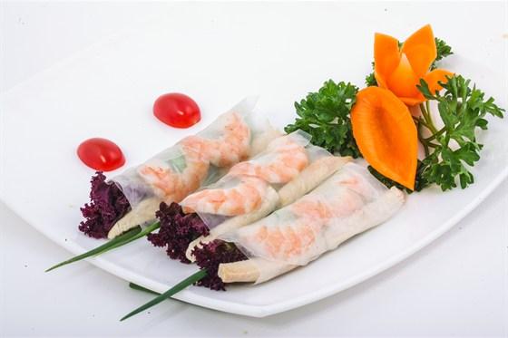 Ресторан Золотой бамбук - фотография 23 - ГОЙ КУОН ТОМ ТХИТ Спринг-роллы с креветами, говяжьим языком, огурцом, зеленым луком и зеленью, завернутые в рисовую бумагу. Подается с рыбным соусом.