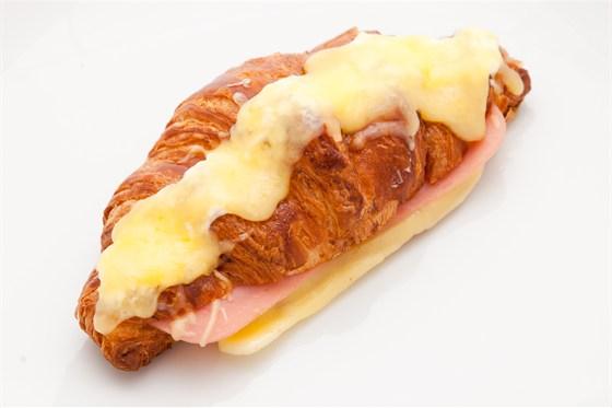 Ресторан Кафетеррия - фотография 9 - Круассан с сыром и ветчиной