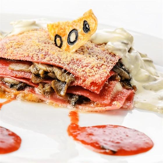 Ресторан Кабинет - фотография 7 - Мясная лазанья под соусом с грибами