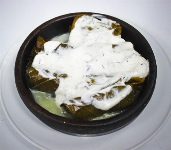 Ресторан Хинкали & Хачапури - фотография 3 - Толма. Классическое кавказское блюдо. Миниатюрные голубцы с фаршем из свинины и говядины в виноградных листьях, подается с соусом из сметаны и чеснока